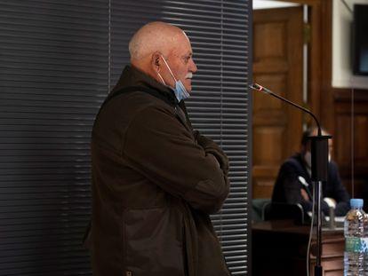 Jose Luis Iranzo Balaguer, padre del ganadero asesinado, declara en la sede de la Audiencia de Teruel este martes, delante de a cabina en la que está 'Igor el Ruso'.