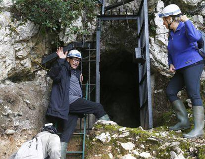 Stuart Weitzman el jueves a la entrada de la cueva.