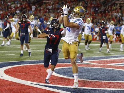 El jugador de UCLA Matt Lynch anota un 'touchdown' el pasado sábado.