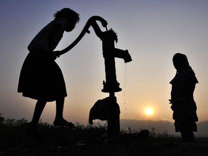 Niños indios recogen el agua de un pozo en el pueblo de Murkata en el distrito Morigoan, a 70 kilómetros de Guwahati.