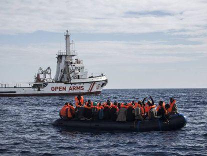 Una zodiac con inmigrantes aguarda el rescate del Open Arms, en el mar de Alborán, el 11 de octubre de 2018.