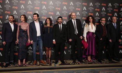 El equipo de 'Tarde para la ira', en la entrada al cóctel de los nominados, con su director, Raúl Arévalo (tercero por la izquierda).