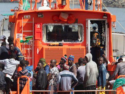 Un grupo de 54 migrantes rescatados este martes del cayuco en el que viajaban en aguas próximas a Gran Canaria.