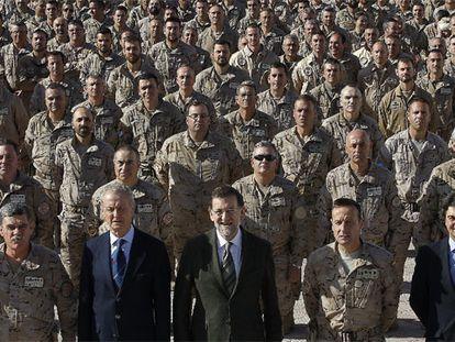 Mariano Rajoy y el ministro de Defensa, Pedro Morenés, posan con los militares en la base de Herat. FOTO: KOTE (EFE)