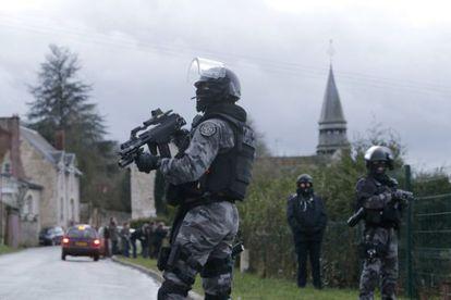 Agentes de la policía de intervención francesa GIPN, durante la operación para capturar a los terroristas.