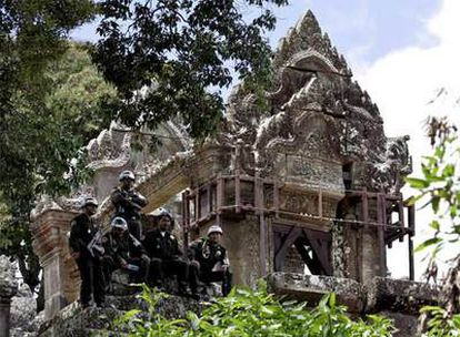 Soldados camboyanos custodian el templo de Preah Vihear.