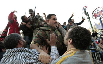 Los manifestantes abrazan a los militares egipcios en la plaza de la Liberación.