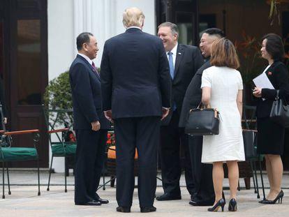 Kim Yo-jong observa desde una esquina el encuentro de su hermano Kim Jong-un con Trump y Pompeo en Hanói.