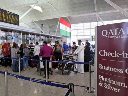 Pasajeros hacen cola en el aeropuerto de Erbil, este jueves.