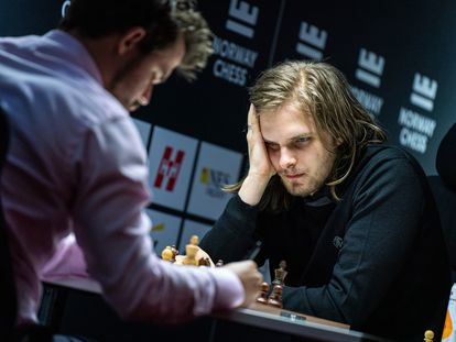 Rapport, de frente, durante su partida de hoy contra Carlsen en Stavanger