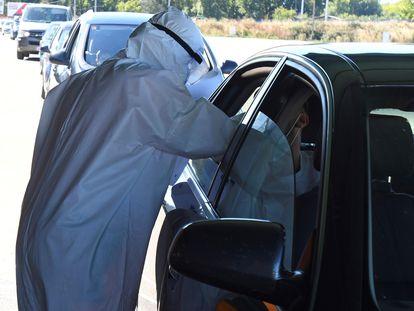 Empleados del sector sanitario realizan pruebas PCR a varios ciudadanos desde sus coches en León, a principios de septiembre.