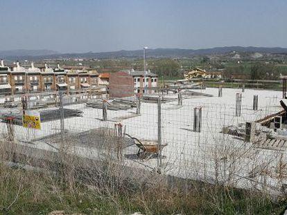 Las obras de los pisos sociales de la Serra de Sanferm llevan un año detenidas.