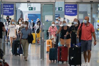 Llegada de turistas para pasar sus vacaciones en la Costa del Sol, el pasado mes de julio en el aeropuerto de Málaga.