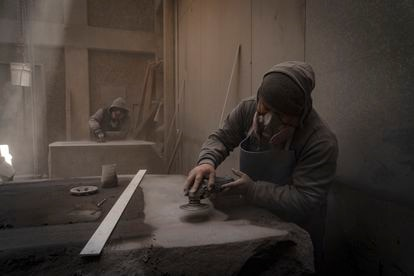 Uno de los artesanos del taller de Pedro Reyes paramentando la piedra que servirá para la escultura 'Tlali'.