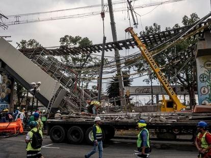 Trabajadores laboran en la remoción de escombros y estructuras tras el accidente de la Línea 12 del metro en Ciudad de México.
