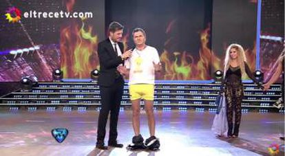 El imitador de Macri se desnuda en cámara para combatir el calor.