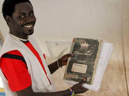Jeremiah muestra el libro de registros de su hospital.