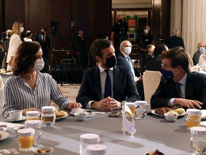 La presidenta de la Comunidad de Madrid, Isabel Díaz Ayuso, y el alcalde de Madrid, José Luis Martínez-Almeida, conversan con el líder del PP, Pablo Casado.