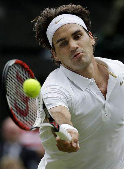 Roger Federer devuelve un golpe.