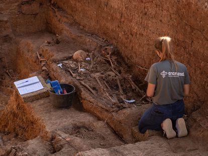 Trabajos de exhumación de la fosa común de Pico Reja en el cementerio de San Fernando de Sevilla, donde se cree que yacen más de 1.000 víctimas.