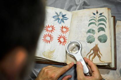 Un empleado de la editorial española Siloé trabaja para clonar el manuscrito Voynich en Burgos en 2016.