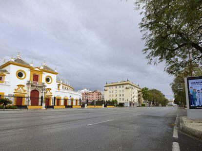 La plaza de la Real Maestranza, cerrada y sola.