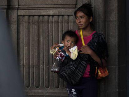 Mujer indígena y su bebé en el centro de la Ciudad de México.