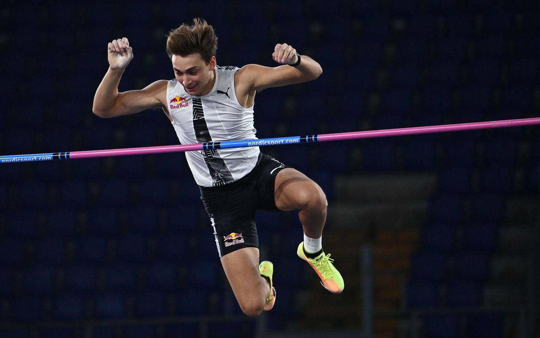 Armand Duplantis realiza un salto con pértiga este jueves en la Diamond League en Roma.