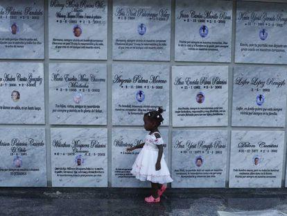 Una niña camina por el mausoleo dedicado a las víctimas de la masacre de Bojayá.