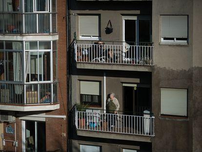 Vecinos de Barcelona en sus domicilios durante el estado de alarma decretado para frenar el coronavirus.