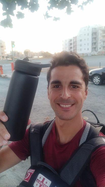 Álex Rodríguez muestra su cantimplora en uno de sus viajes.