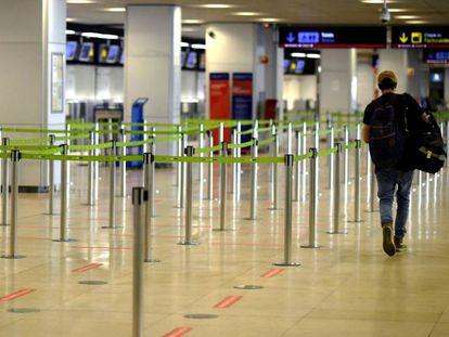 Un pasajero en el aeropuerto de Madrid-Barajas, casi vacío, en julio de 2020.