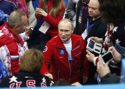 Vladímir Putin saluda a un equipo estadounidense en los Juegos de Invierno de Sochi, en febrero de 2014.
