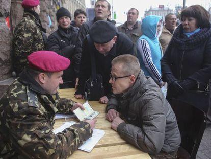 Un voluntario en un puesto de reclutamiento de la Guardia Nacional en Kiev.