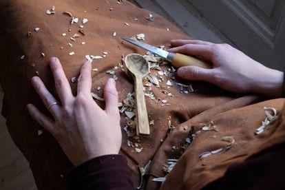 Sara Navarro talla las cucharas de madera de manera artesanal
