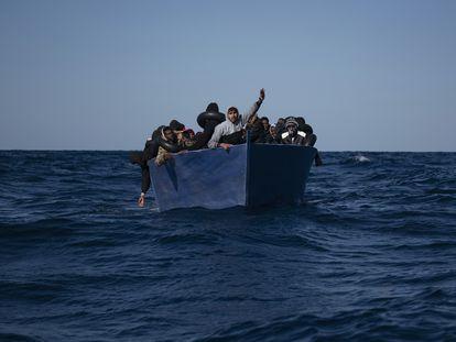 Un grupo de migrantes, la mayoría eritreos, pide ayuda a un barco de Open Arms, el pasado sábado a unos 150 kilómetros de la costa libia.