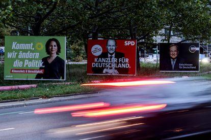 Carteles de la campaña electoral alemana muestran a los candidatos Annalena Baerkock (Los Verdes), Olaf Scholz (SPD) y Armin Laschet (CDU), este mes en una calle en Berlín.