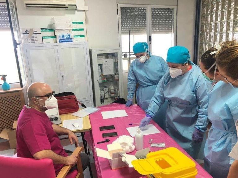 Trabajadores de una residencia de mayores de Jaén se someten a test rápidos para detectar el coronavirus, el lunes.