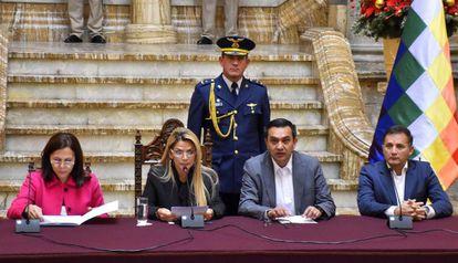 Jeanine Áñez, presidenta interina de Bolivia, con parte de su gabinete durante una comparecencia.