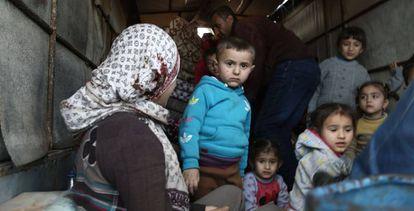 Un grupo de ciudadanos sirios huye de la ciudad de Afrin tras el asedio turco.
