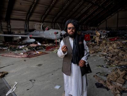 Un talibán muestra parte del material estadounidense abandonado en el aeropuerto de Kabul. En vídeo: Vista del aeropuerto de la capital afgana.