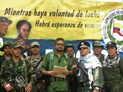 Iván Márquez, exmiembro de las FARC, lee un manifiesto acompañado de Jesús Santrich, en 2019.