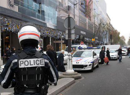 Los agentes de la policía francesa establecen un perímetro de seguridad en torno los grandes almacenes de Printemps, en París.
