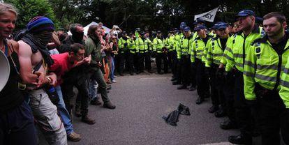Manifestantes 'antifracking' se encaran con la policía en Balcombe (Inglaterra) el pasado lunes.
