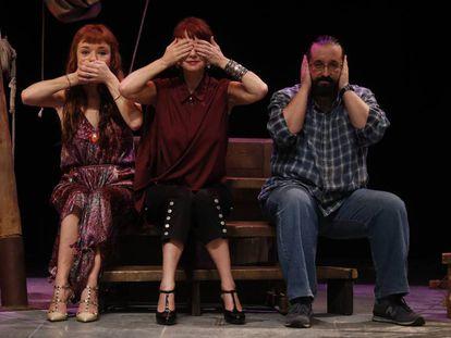 Manuela, Antonia y Ramón Paso, hijas y nieto del dramaturgo Alfonso Paso, en el Teatro Bellas Artes.