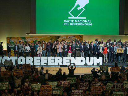 Los miembros del Pacte Nacional pel Referendum, en el acto de este viernes.