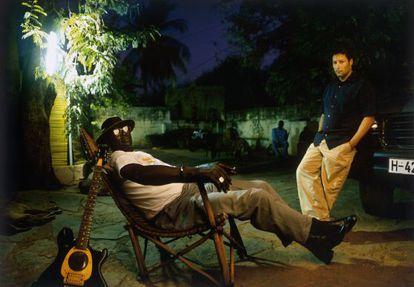 Ali Farka Touré y el productor Nick Gold, en Malí.