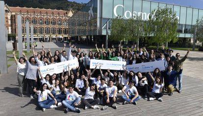 Los ganadores de los premios EduCaixa posan en el CosmoCaixa.