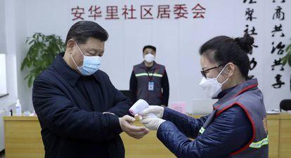 El presidente chino, Xi Jinping, se somete a un control de temperatura el pasado 10 de febrero.