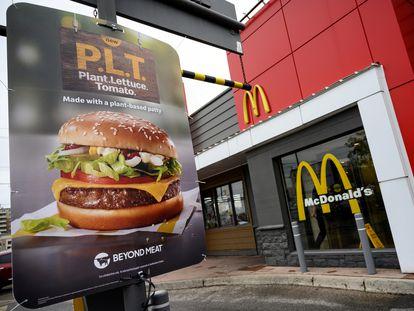 Cartel promocional de la hamburguesa vegana de McDonald's en Canadá.